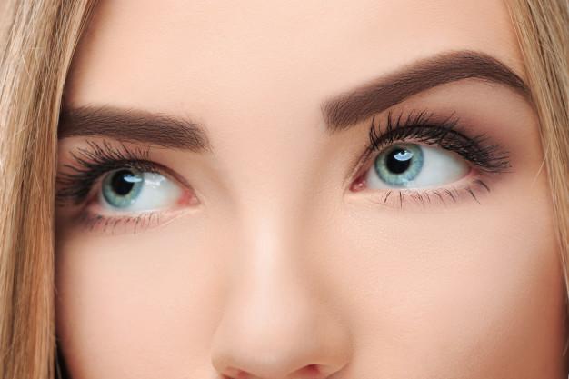 viso di una donna dopo blefaroplastica