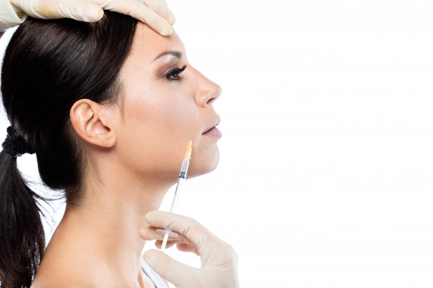 dottore inietta botox nella faccia di una donna