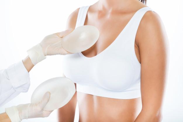 dottore con protesi in mano per chirurgia del seno