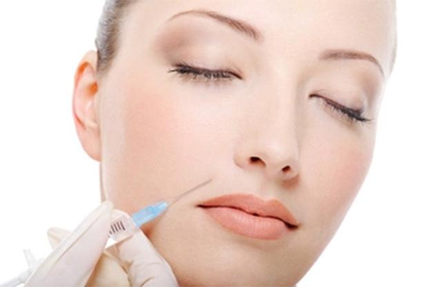 dottore inietta filler di acido ialuronico per il viso