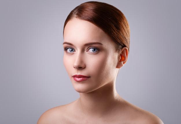 faccia di una donna dopo lifting del viso