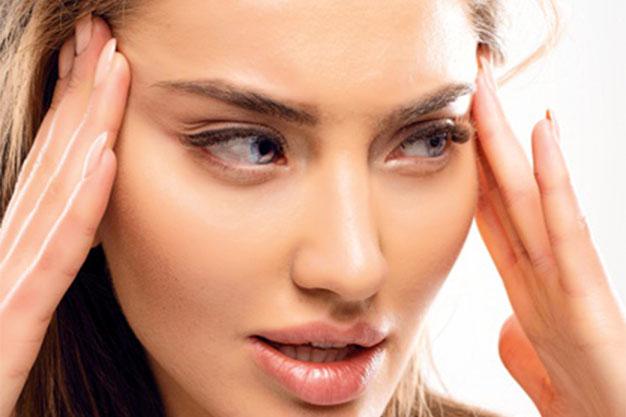 faccia di una donna dopo minilifting al viso